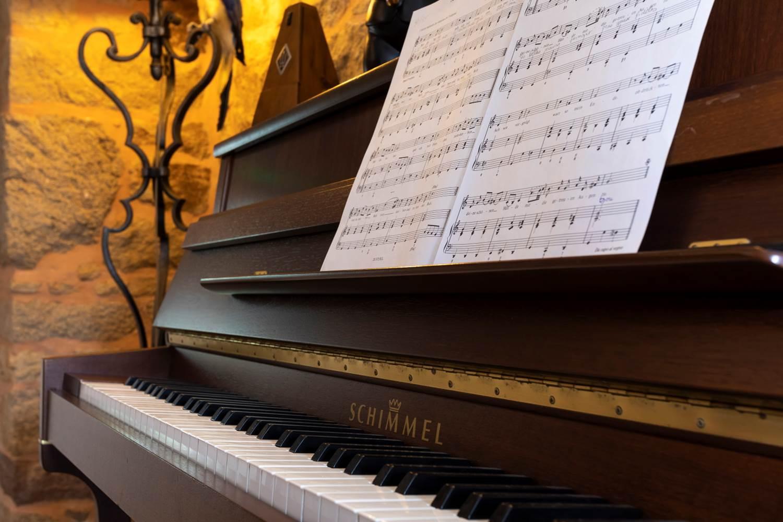 Le piano attend les mélomanes au Clos du MènAllèn ©
