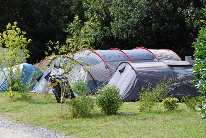 Emplacement nu avec tente au Camping LA BLANCHE HERMINE ©