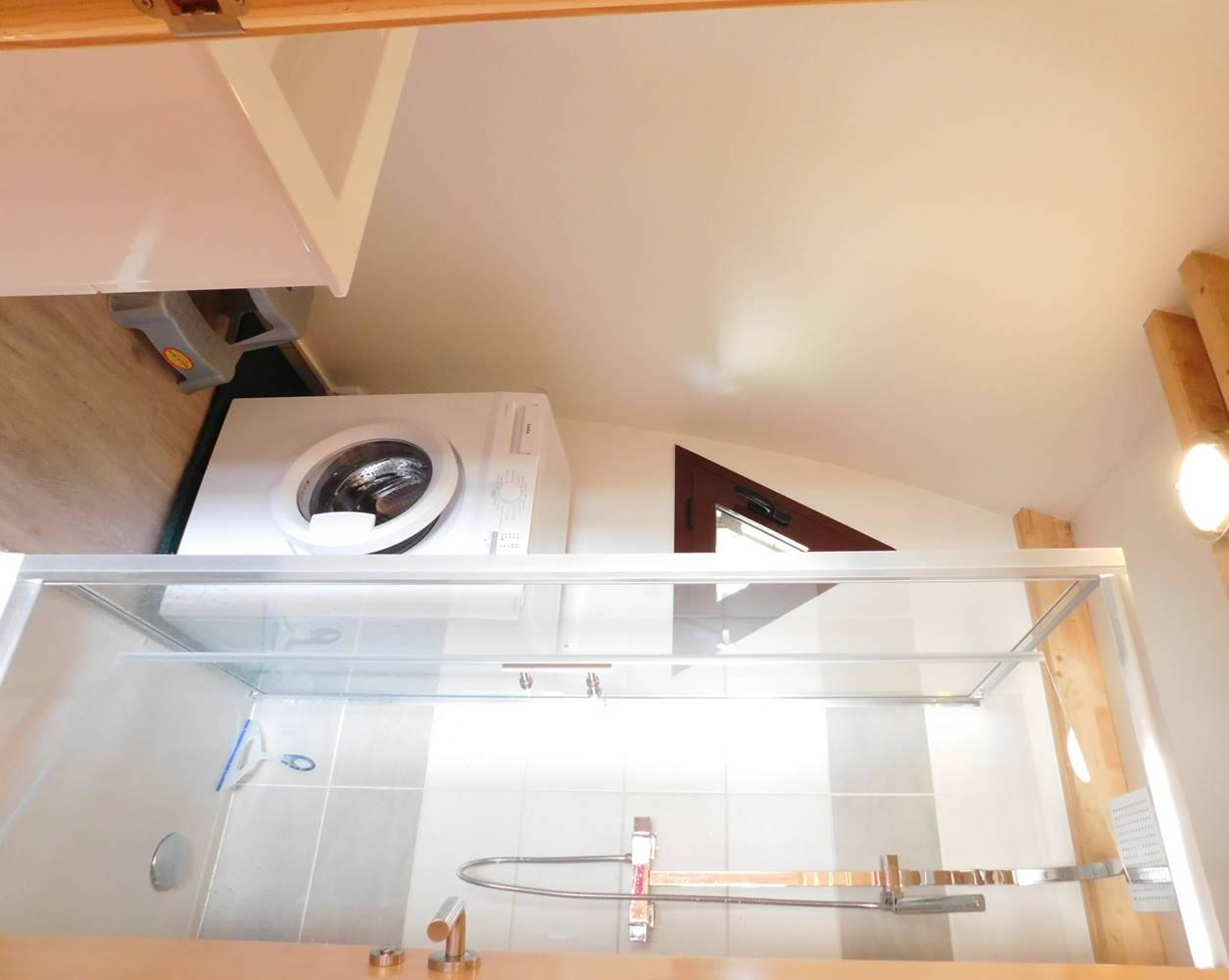 TY FOUKENN - salle d'eau grand angle - lave linge (insolite location-morbihan-sud.com 0602362422) ©